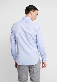 Seidensticker - SLIM FIT SPREAD KENT - Camisa elegante - blue - 2