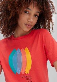 O'Neill - SURFBOARD - Print T-shirt - cayenne coral - 2