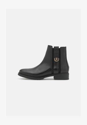 HARDWARE FLAT BOOT - Kotníkové boty - black