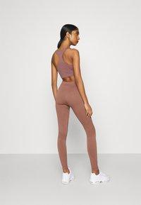 Weekday - CELESTIA SEAMLESS TIGHTS - Leggings - Trousers - brown plum - 2