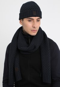 Only & Sons - ONSCENZ BOX SCARF BEANIE SET - Scarf - blue nights - 1