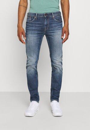 HATCH WASHED - Zúžené džíny - denim