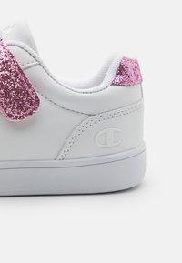 Champion - LOW CUT SHOE ALEXIA UNISEX - Sports shoes - white/pink - 5