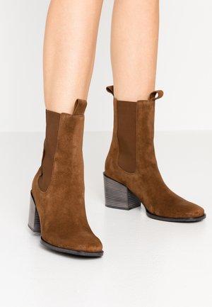LOLA - Classic ankle boots - castoro
