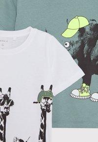 Name it - NMMJACHOB CAMP 2 Pack - Camiseta estampada - bright white/green - 4