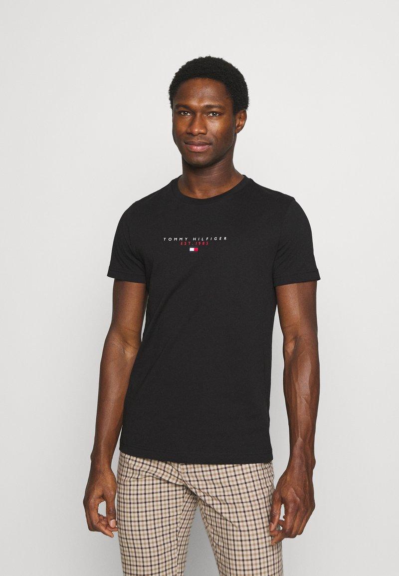 Tommy Hilfiger - ESSENTIAL - T-shirt z nadrukiem - black