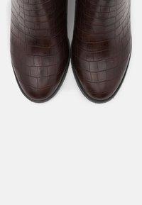 Wallis - ASTERIA - Boots à talons - brown - 5
