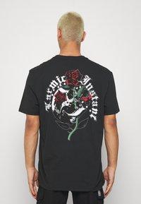 AllSaints - QUICKNESS CREW - T-shirts print - black/white/red/green - 2
