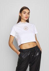SIKSILK - LUXURY CROP TEE - T-shirt z nadrukiem - white - 0