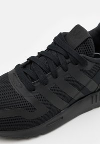 adidas Originals - MULTIX UNISEX - Sneakers laag - core black - 5