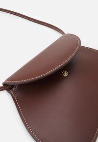 Little Liffner - PEBBLE MICRO BAG - Handbag - chestnut - 3