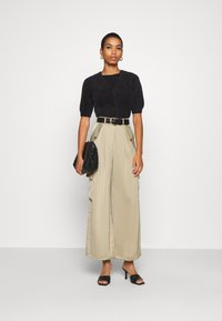 Who What Wear - WIDE LEG CARGO PANT - Trousers - stone - 1