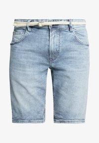 TOM TAILOR DENIM - REGULAR WITH BELT - Denim shorts - blue ecru/white - 4