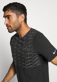 Nike Performance - RUN DIVISION RISE 365 - Print T-shirt - black/reflective silver - 3