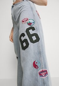 BDG Urban Outfitters - BADGE PUDDLE - Relaxed fit jeans - summer blue - 6