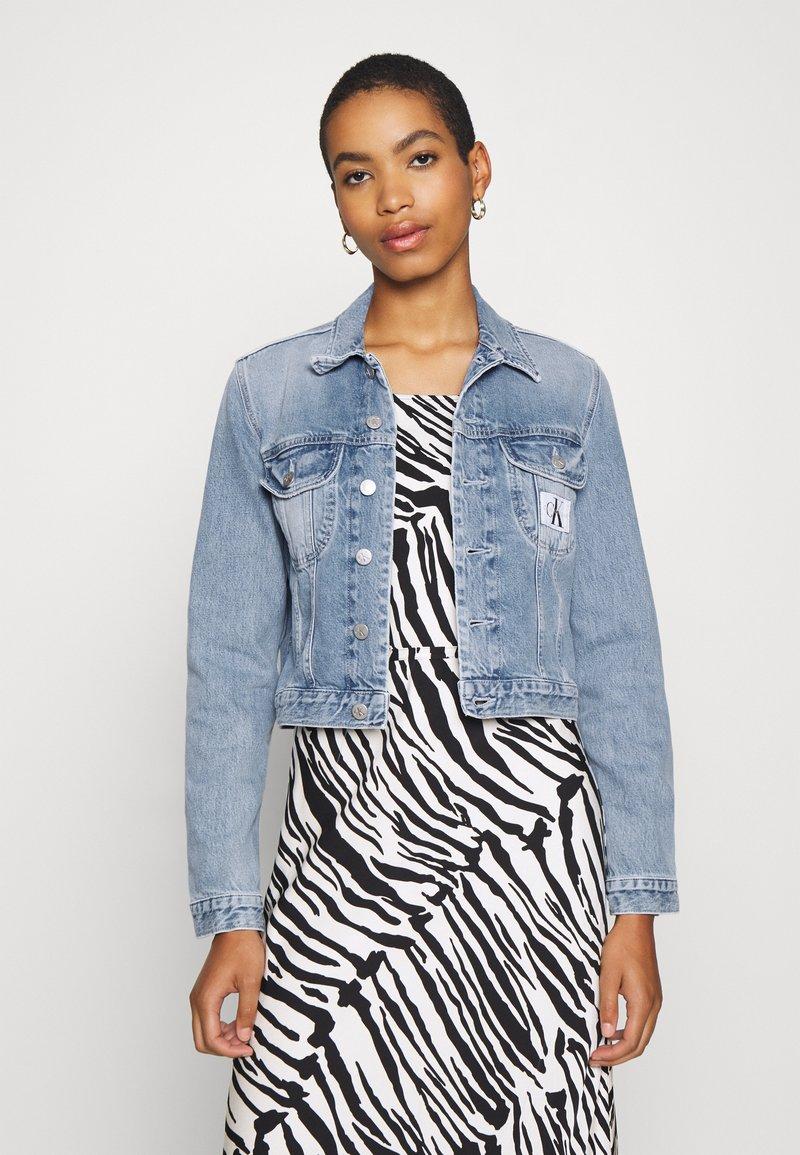 Calvin Klein Jeans - CROP TRUCKER - Džínová bunda - light blue