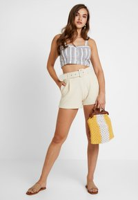 Nly by Nelly - TAILORED BELT SHORTS - Szorty - creme - 1