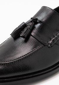Walk London - WEST TASSEL LOAFER - Elegantní nazouvací boty - black - 5