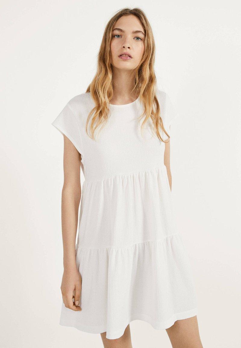Bershka - MIT KURZEN ÄRMELN - Robe d'été - white