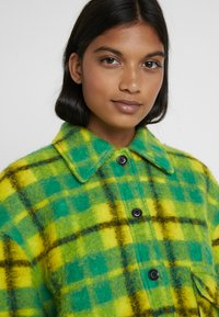 Mads Nørgaard - CHECKY CABBY - Classic coat - green/yellow - 4