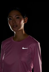 Nike Performance - MILER - Funktionsshirt - magic flamingo/reflective silver - 5