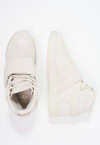 adidas Originals - TUBULAR INVADER - Höga sneakers - clear brown/chalk white - 1