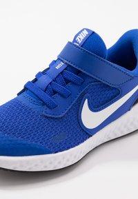 Nike Performance - REVOLUTION 5 UNISEX - Neutrální běžecké boty - racer blue/white/black - 2