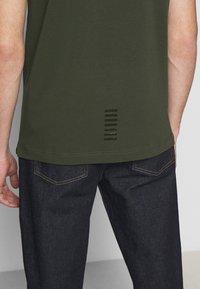EA7 Emporio Armani - Poloshirts - dark green - 4