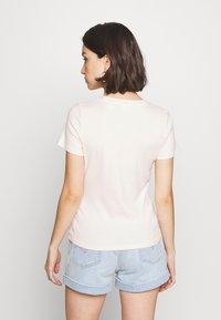 Levi's® - BABY TEE - T-shirt imprimé - peach blush - 2