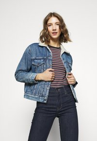 Levi's® - EX-BF SHERPA TRUCKER - Giacca di jeans - addicted to love - 0