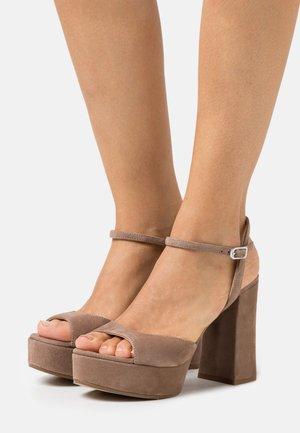VEGARA - Sandály na platformě - funghi