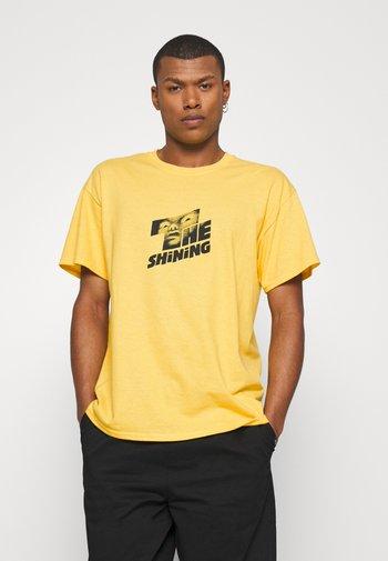 THE SHINING GRAPHIC - Print T-shirt - yellow
