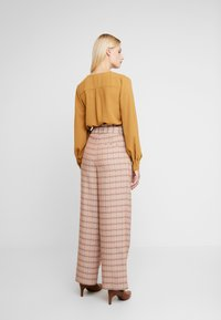 Gestuz - JIN PANTS - Bukse - light brown - 2