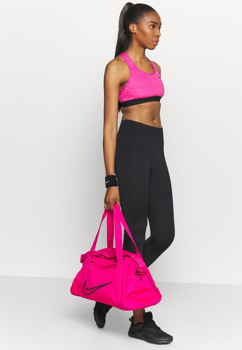 Nike Performance - GYM CLUB  - Sportovní taška - fireberry/black