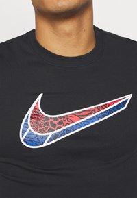 Nike Performance - MASH TEE - T-shirt med print - black - 5