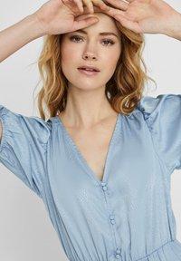 Vero Moda - MAXIKLEID V-AUSSCHNITT - Maxi dress - ashley blue - 4