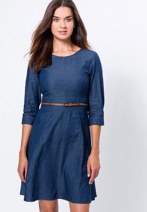 MIT GÜRTEL - Denim dress - dark blue wash out