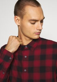 Abercrombie & Fitch - DRAPEY  - Skjorta - red ombre - 3