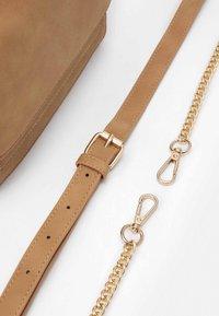 Pieces - PCDAFINA CROSS BODY  - Handbag - camel/gold - 4