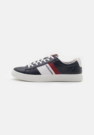 JFWMISTRY - Sneakersy niskie - navy blazer
