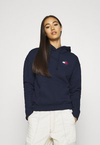 Tommy Jeans - BADGE HOODIE - Huppari - twilight navy - 0
