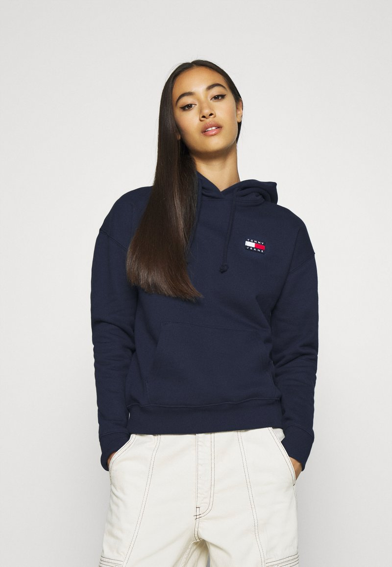 Tommy Jeans - BADGE HOODIE - Huppari - twilight navy