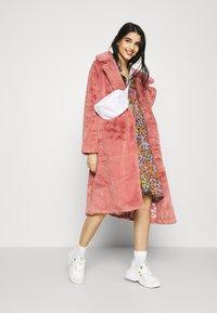 YAS - YASTAPETIA DRESS  - Denní šaty - super lemon/multi - 1