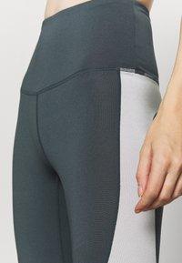 HIIT - HIGH SHINE PANEL LEGGING - Leggings - mid grey - 5