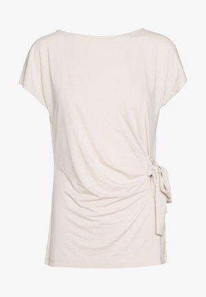 KARUKI - T-shirts med print - soft stone