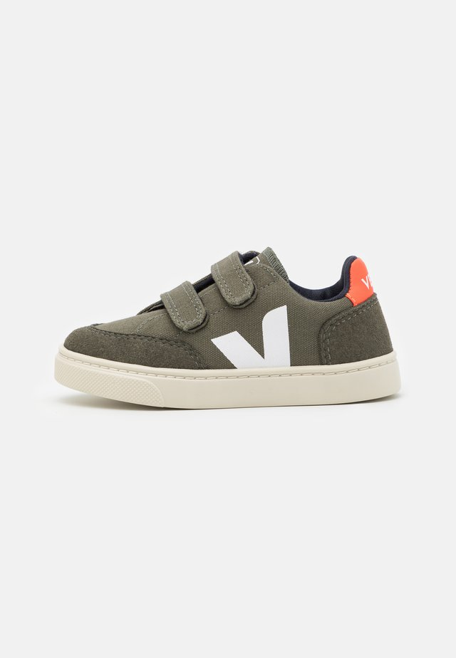 SMALL UNISEX - Sneakersy niskie - kaki pierre/orange fluo