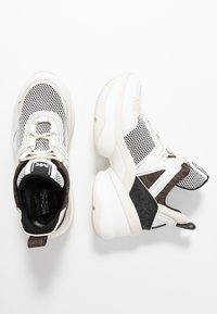 MICHAEL Michael Kors - OLYMPIA TRAINER - Sneakersy niskie - black/optic white - 3