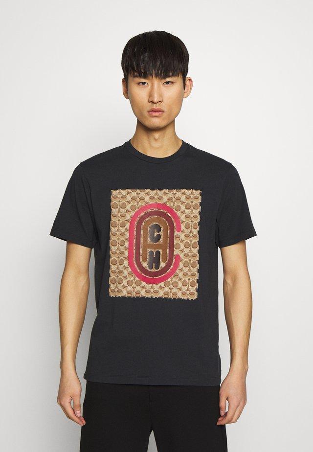 SIGNATURE COACH - T-shirt con stampa - black