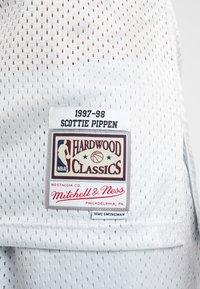 Mitchell & Ness - NBA CHICAGO BULLS PLATINUM SWINGMAN SCOTTIE PIPPEN - Squadra - silver - 5