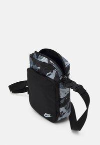 Nike Sportswear - HERITAGE UNISEX - Taška spříčným popruhem - black/white - 2